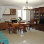 Appartamento con fondo artigianale o magazzino in periferia di Cecina